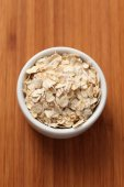 Rolled oats in a bowl — Stock Photo