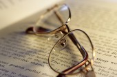 Open book and reading glasses — Stock Photo