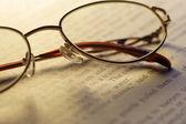 Abrir el libro y gafas de lectura — Foto de Stock