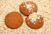 Oatcakes on rolled oats background — Stock Photo