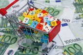 Shopping cart with question marks on one hundred euro banknotes — Stock Photo