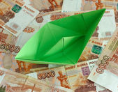 Green paper boat on five thousand rubles banknotes — Zdjęcie stockowe