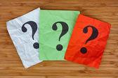 Kleurrijke papieren notities met vraagtekens — Stockfoto