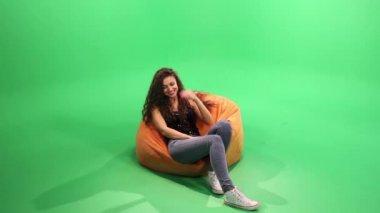 Girl relax on the bean bag. — Stock Video