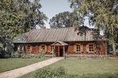 Houten huis in het bos — Stockfoto