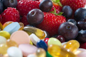 Zdravý životní styl, strava koncepce, ovoce a pilulky, vitaminových doplňků s na bílém pozadí — Stock fotografie