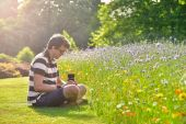 Young handsome caucasian photographer in botanic gardens — Stock fotografie