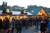 EDINBURGH, SCOTLAND, UK, December 08, 2014 - People walking among german christmas market stalls in Edinburgh, Scotland, UK, with Edinburgh castle in the background — Stock Photo