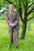 Handsome 80 plus year old senior man posing for a portrait in his garden. — Stock Photo