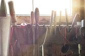 窓を通って来るサン ・ フレアで、様々 な便利屋ツールのセット — ストック写真