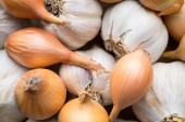 Fresh organic garlic and onions close up, clean eating concept — Stock Photo