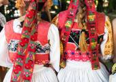 Anonyme mädchen in folklore-kostüme, zurück detail — Stockfoto