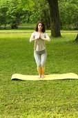 Chica prácticas yoga en la naturaleza. — Foto de Stock