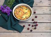 Пирог с брокколи и сыром на фоне деревянные — Стоковое фото