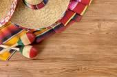 Mexikanska sombreros och filtar på pine trä golv — Stockfoto