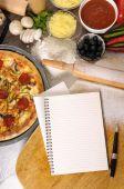 Pizza mit notebook — Stockfoto