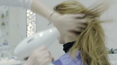 Hairdresser drying hair with blow dryer of woman client at beauty parlour — Stock Video
