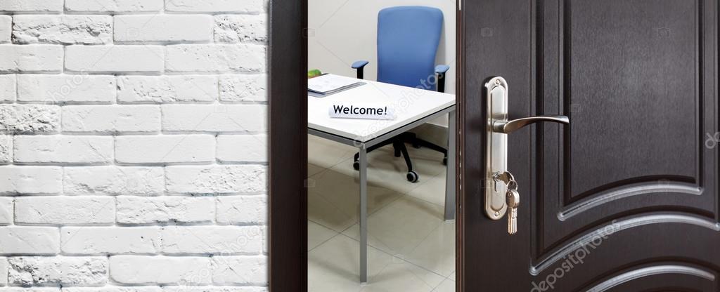 Halb geöffnete tür  Halb offen Tür, Willkommen zum Büro — Stockfoto © Milkos #108517072