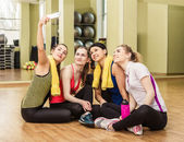Group of girls in fitness class making selfi — Stock Photo
