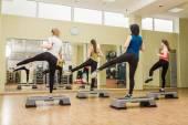 Step aerobik arka üzerinden yapma kadın grubu — Stok fotoğraf