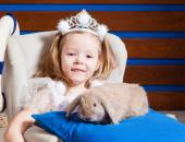 Little girl with rabbit — Stock Photo
