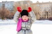 Portret dziewczynki na zewnątrz w zimie — Zdjęcie stockowe