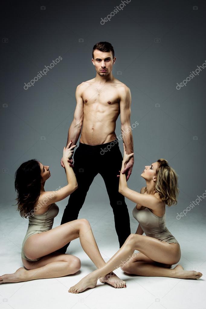 Поза две девушки на мужчине фото 576-633