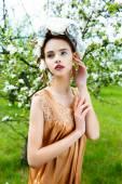 Piękna kobieta w wieniec kwiatowy — Zdjęcie stockowe