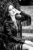 Vrouw in zwart lederen jas — Stockfoto