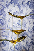 Close up of honey dripping from spoons — Stock fotografie