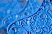 Bancos de metal, azuis com lindas flores ornamentais, país de Gales, Llandudno, Reino Unido — Fotografia Stock