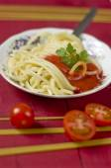 Spaghetti bolognese med persilja garnering — Stockfoto