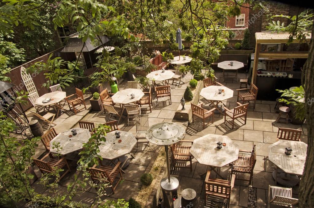 다 이닝 테이블의 자 및 파라솔입니다. 뉴욕, 유럽의 도시, 영국 ...