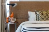 Lit simple avec lampe dans la chambre à coucher — Photo