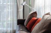Bruin en rood kussen op sofa met lamp in woonkamer — Stockfoto