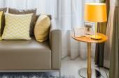 棕色的沙发,黄色枕头和灯 — 图库照片