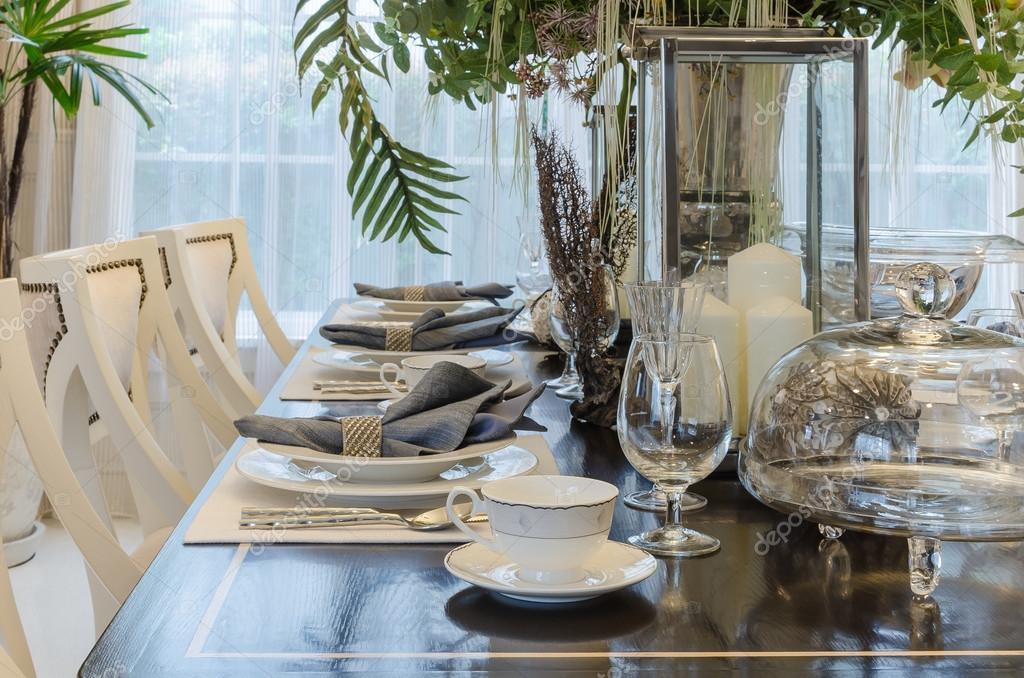 Salle à manger avec table dressée sur une table en bois luxe — Photographie k