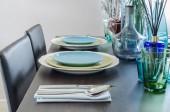 Tavolo da pranzo nero con set da tavola — Foto Stock
