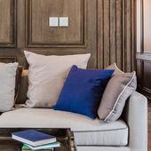 Синяя подушка на современном диване в роскошной гостиной — Стоковое фото