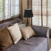 Woonkamer design met kussens op de sofa en bamboe blind — Stockfoto