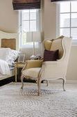 Estilo de la silla clásica en alfombra con almohada en habitación de lujo — Foto de Stock