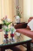 Wohnzimmer mit Sofa aus Holz und Blume — Stockfoto