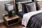 Ahşap komidin ve lamba gri modern yatak odası — Stok fotoğraf