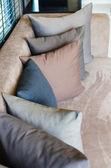 Cojín gris en sofá moderno — Foto de Stock