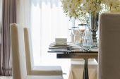 Table dans salle à manger à la maison — Photo
