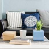 Projekt salonu z niebieską ścianą — Zdjęcie stockowe