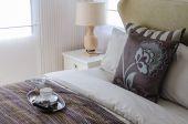 Cuscino marrone in camera da letto — Foto Stock