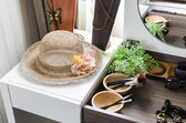 Hat on white table with accessories — Stock fotografie