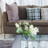 Květina v skleněné vázy na stůl v moderním obývacím pokoji — Stock fotografie