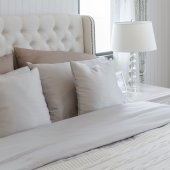 Luxusní ložnice s lampou na stole — Stock fotografie